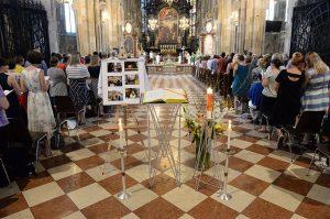 """""""Ubicumque et semper"""" — das APG-Evangeliar wurde anlässlich der 4. Diözesanversammlung aufgelegt und fand zu diesem besonderen Anlass Verwendung."""