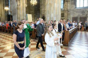 Das Evangeliar wird feierlich zum Altar getragen.