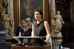 Katja Pistauer-Fischer, Geschäftsführerin der Schulstiftung, trug eine der Fürbitten vor.