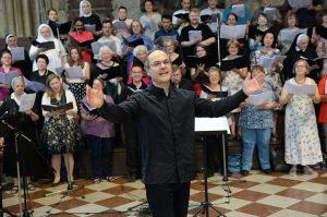 Hermann Platzer vom Diözesankonservatorium für Kirchenmusik der Erzdiözese Wien leitete den Projektchor, der den Gottesdienst gesanglich begleitet hat.